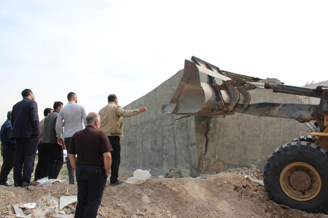 تخریب ساخت و سازهای غیر مجاز در بخشی از اراضی کشاورزی بخش خاوران انجام شد